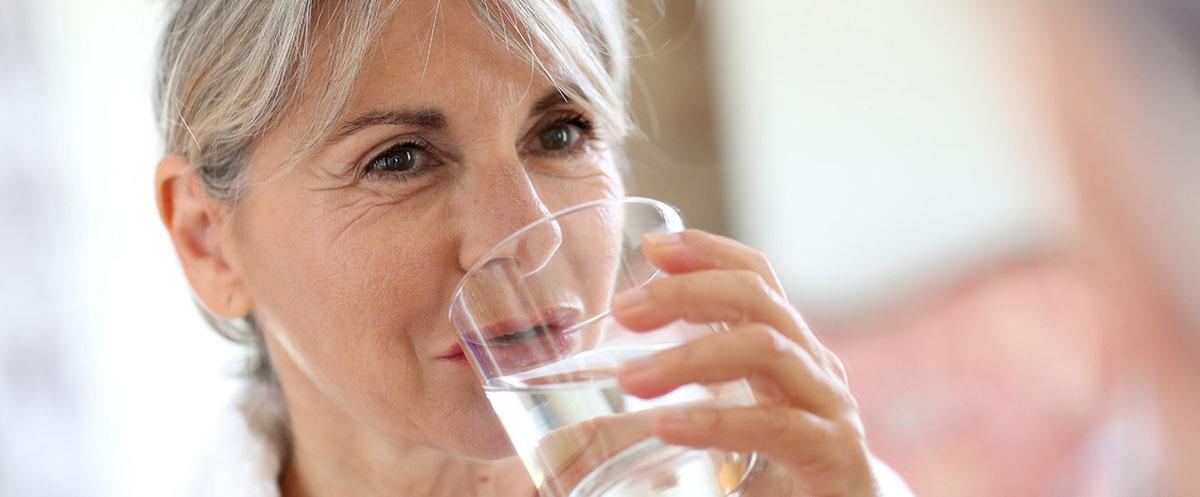femme de l'eau potable